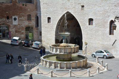 Fabriano-Fontana_Piazza_del_Comune-DSC_0382-400x267