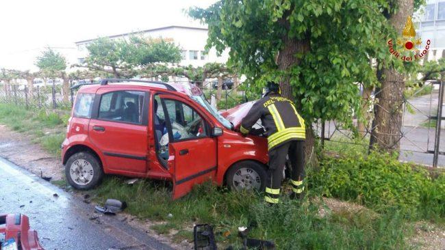 L'auto della 21enne finita contro l'albero