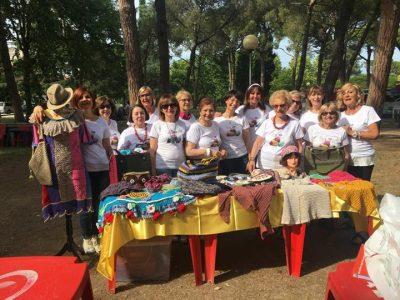La ragazze dello Knit Cafè di Jesi ai giardini Cavallotti per la Giornata mondiale della maglia all'aperto