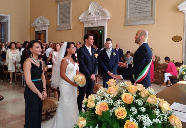 Matrimonio Simbolico Chi Lo Celebra : Miriam e marco sposi il professore celebra le nozze dello