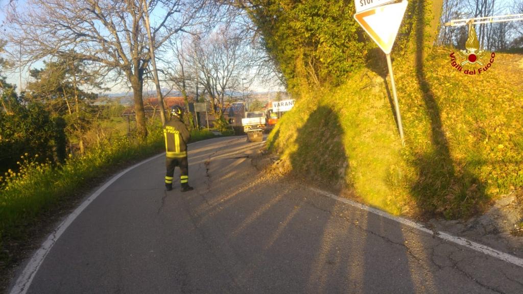 Varano fuoriuscita di metano solleva l 39 asfalto l 39 allarme alle 6 cronache ancona - Tubo gas interrato ...