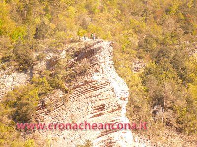 Gli addetti all'operazione di detonazione controllata in cima al masso attendono di calarsi dall'alto per controllare la presenza di rocce instabili