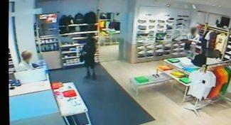 Nel fotogramma: i due ladri sulla destra e la commessa al bancone, poco prima che si verificasse il furto